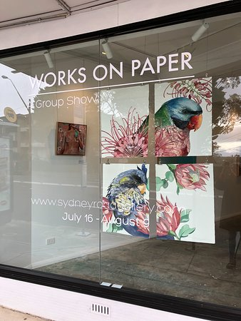 Seaforth, Australia: The front window of Sydney Road Gallery