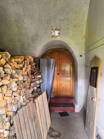 Храм отапливается дровами... XXI век!!!