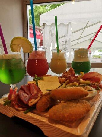 Savoureux cocktails accompagnés d'une de nos planche de tapas, bar/lounge et sa terrasse donnant sur le fleuve
