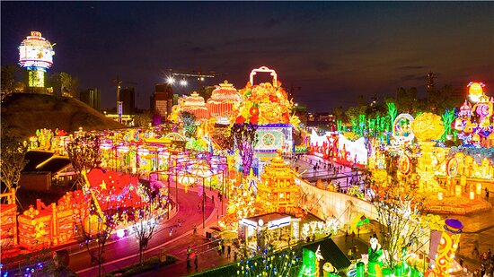 Zigong, الصين: 自貢灯会は元宵節の灯会が最も有名で、その光景は壮大で、彩り豊かである。