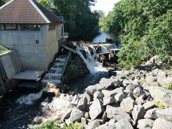 Litet vattenfall med fisktrappa vid Hallarnas Hembygdsgård utanför Falkenberg