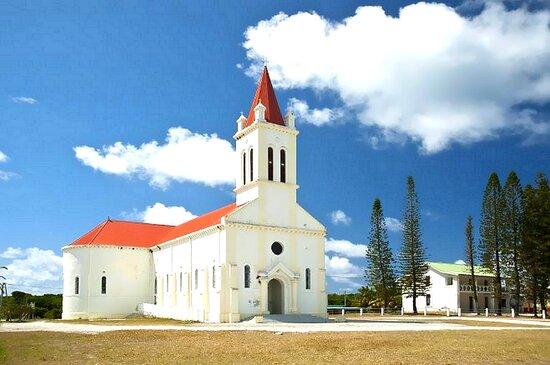 Ouvea, New Caledonia: Eglise Saint Joseph d'Ouvéa , vue de l'église en entier avec les pins coronaires traditionnels /Saint Joseph d'Ouvéa Church, view of the entire church with traditional coronary pines