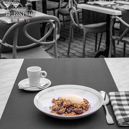 Cerises poêlées, crumble café avoine et crème glacée amaretti