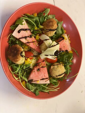 Bouddha bowl : boulettes de poulet, boulgour aux raisins, roquette, pastèque et tagliatelles de courgette