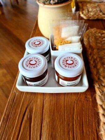 Mermelada de melocotón, compota de kiwi y miel