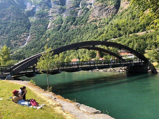 Norway: تقع في شمال أوروبا وهي من اشهرالوجهات السياحية في العالم بها مناطق طبيعية خلابة فاتنة ومدن وارياف وبحيرات كثيرة وشلالات وأنهار وحدائق واسواق بلد رائع ويستحق الزيارة