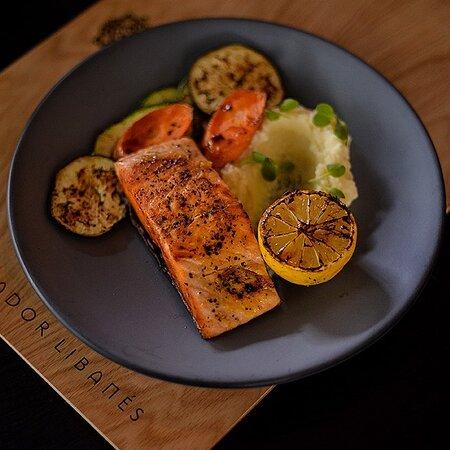 salmon al limon y pimienta acompañadado de vegetales asados
