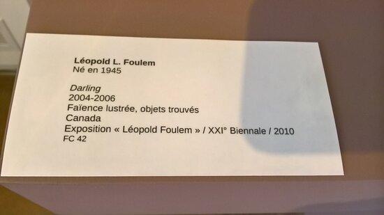 Musée de La Céramique et Magnelli. Vue 56. Cartel de Darling 2004- 2006 Léopold L. FOULEM. Faïence Lustrée. Juillet 2020.
