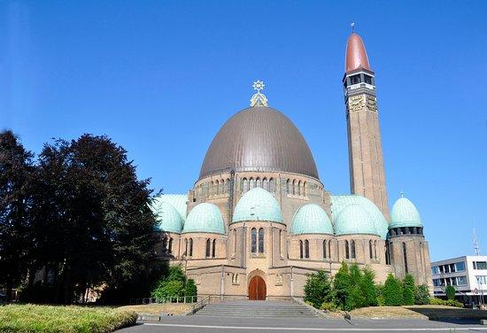 De Sint-Jan in Waalwijk heeft een erg bijzonder ontwerp: een ronde, aan Byzantium ontleende grondvorm; een imposante koepel, omgeven door een krans van kleinere koepels en een minaret-achtige toren.