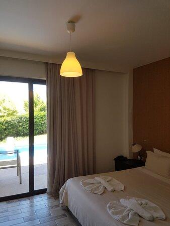 mittels Glasschiebetür abgetrennter Schlafbereich der Eltern mit Ausblick zur Terrasse/Pool