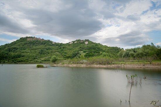 Il vecchio abitato abbandonato di Conza della Campania (AV), a seguito del terremoto 1980, e l'invaso artificiale sul fiume Ofanto.