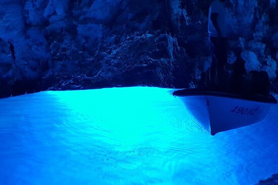 フヴァル島から青と緑の洞窟探検ツアー