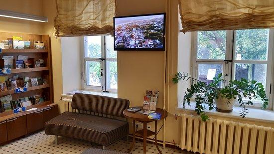 TV och soffa i självbetjäningsrummet på Visitor Centre.