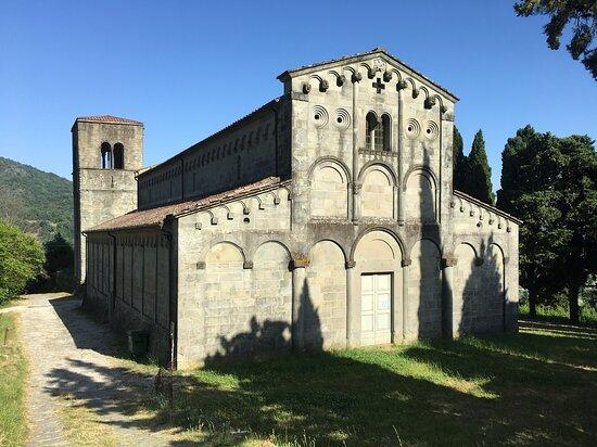 Castelvecchio, Italia: La Pieve vista dal piccolo cimitero
