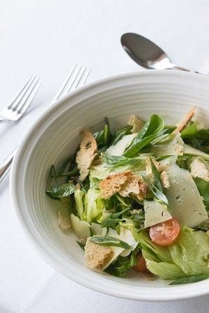 A nossa salada César com laminas de queijo velho de São Miguel, mix de verdes do mercado e o seu molho. Também poderá querer adicionar atum fresco, na sua época, ou um filete de frango panado. Na sua casa da Caloura, pratos customizados a vosso gosto!🤍