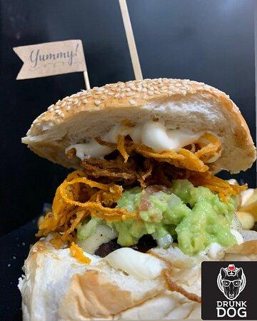 •Απόλαυσε τα πιο ζουμερά και αμαρτωλά Burger της πόλης🤤🤤 Delivery:2713006152 ———————————————— #drunkdog #tripoli #handmade #alwaysontop #foodporn #foodlover #foodstagram #foodstyle #burgers #burgertime #burgerking #burgerlove #burgermania