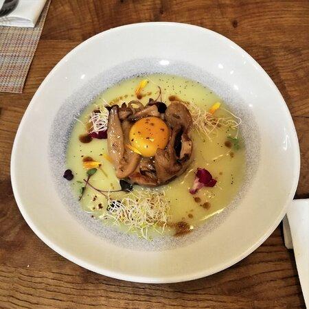 Boletus Edulis , Huevo de Corral y crema fina de patata y ajo puerro.