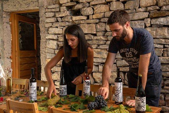 Skradin, Horvátország: Marina and Ante in tasting room