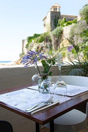 Terraza en la playa con vistas al castillo de Tamarit