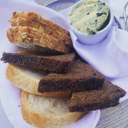 хлебная корзина и масло с водорослями