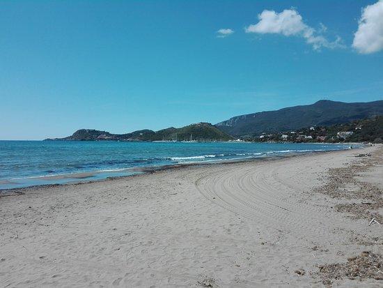 Spiaggia della Feniglia con Porto Ercole sullo sfondo