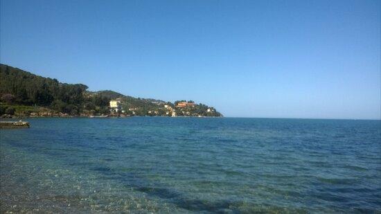spiaggia della Giannella, sullo sfondo porto Santo Stefano
