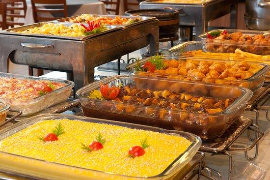 Buffet com deliciosos pratos da culinária regional.