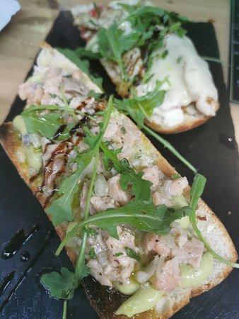 Bruchetta de tartar de salmon con guacamole casera