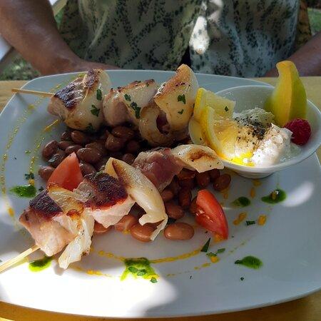 Filetto di gallinella con patate, spiedini di calamari e tonno con burrata, gran catalana esotica al Bagno Antonio - piatti deliziosi ♥️