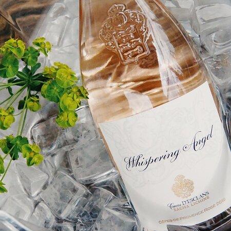 Sluit je ogen en waan je in de Provence met deze top rosé! Whispering Angel staat vanaf heden op onze wijnkaart.