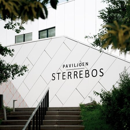 Wist je dat Paviljoen Sterrebos is geopend sinds 2014? Het ontwerp weerspiegelt het DUO gebouw, maar heeft dankzij de paarse parelmoeren vinnen een iets 'uitbundiger' uitstraling.   De gevel bestaat uit modulaire composiet panelen die zijn gecreëerd vanuit een parametrische geometrie. Beide prachtige gebouwen zijn ontworpen door @unstudio_architecture uit Amsterdam.
