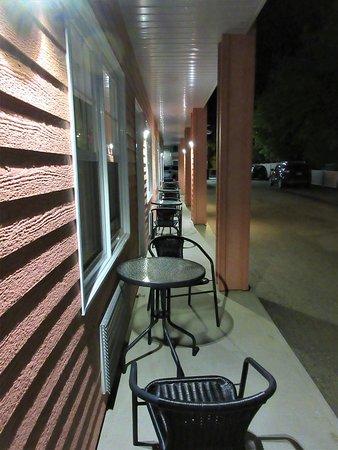 Terrasse à l'abri des intempéries pour chaque chambre, une table et 2 chaises