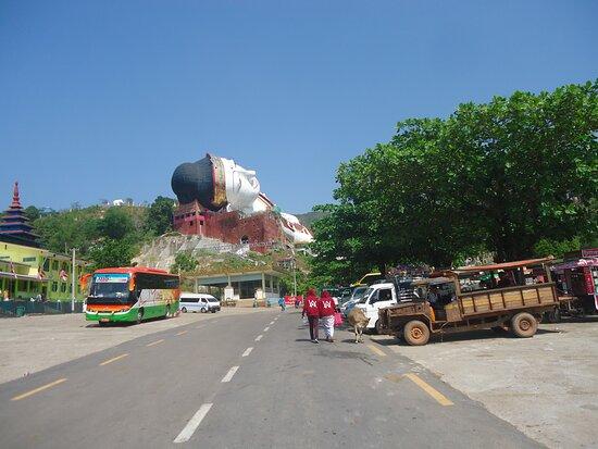 Pierwsze wrażenie ze spojrzenia na wielkiego Buddę  [od strony parkingu ]  nie jest najgorsze .