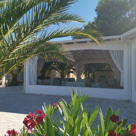 Ristorante al altezza, ci troviamo molto bene. Siamo per la prima volta qui in Puglia, villaggio molto bello, molto bello, camere pulite tutti i giorni. I piatti molto buoni, saporiti. Diversità e accoglienza sono tra le cose che abbiamo apprezzato di più. Il titolare sig Fausto e la sua famiglia gestiscono alla grande da anni ormai il villaggio. Vacanza e posto azzeccate, ritornerà con piacere e simpatia. Grazie per l'ospitalità.