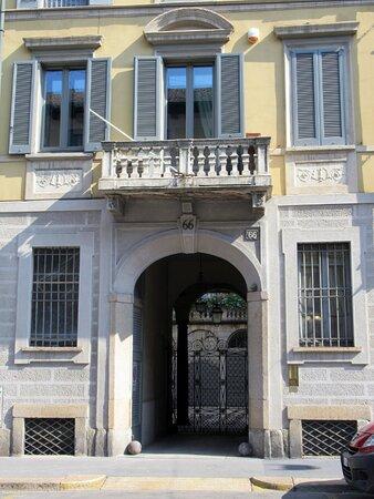 Portale e balcone centrale