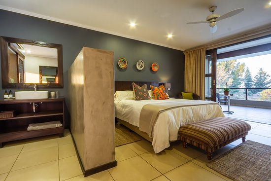 Mtunzini, Južna Afrika: One of the 6 upstairs rooms with stunning views over the indigenous green forests and sea. All these rooms are full en suite with their own entrances and balconies and the King XL can be made into twin beds on request.