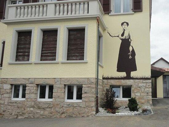 Fresque Gilberte de Courgenay sur la maison familiale (à 50 mètres de l'Hôtel-restaurant de la Petite Gilberte).
