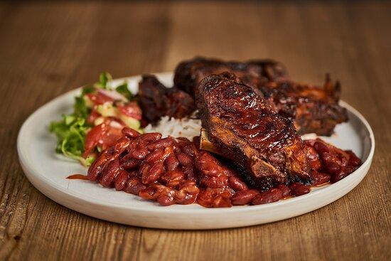 Red Hot Ribs Peppers: Un tocco di Louisiana dove la salsa cajun fa da padrona per rendere indiavolate le nostre costine di maiale. E quale miglior accompagnamento se non delle patate al forno e i fagioli alla Bad Spancer?