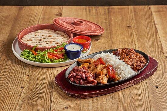 El Machete: 1) un bel piattone di ghisa rovente pieno di chili, pollo, riso e fagioli alla messicana; 2) un porta-tortillas pieno di (ora dice tortillas) tortillas; 3) le salse; ora date sfogo alla vostra fantasia e componete i vostri tacos come preferite!