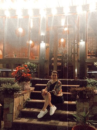 ♥️Если ты на Красной Поляне Ты ОБЯЗАН СЮДА ЗАЙТИ!  Гастрономическое погружение!   уже 3-ий день мы на Поляне, и каждый день посещаем данный ресторан!  Сказать что вкусно- ничего ничего не сказать!  Все очень свежо и вкусно, соусы нереальные музыка- огонь 🙌🚀   Мои рекомендации: Утро -Хачапури по/аджарски  Днем- кофе/фрукты Вечером Мясо и Вино!!!   p.s. уже второй год фанатею 😍😍😍😍   спасибо !!!  Процветание вашему бизнесу!