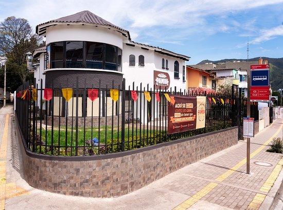 Estamos ubicados sobre la Av. Panamericana, frente al supermercado Andino. Barrio el Dorado, San Juan de Pasto, Nariño.