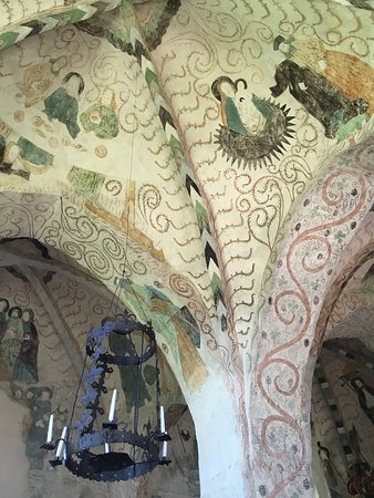Kirkon kattomaalauksia