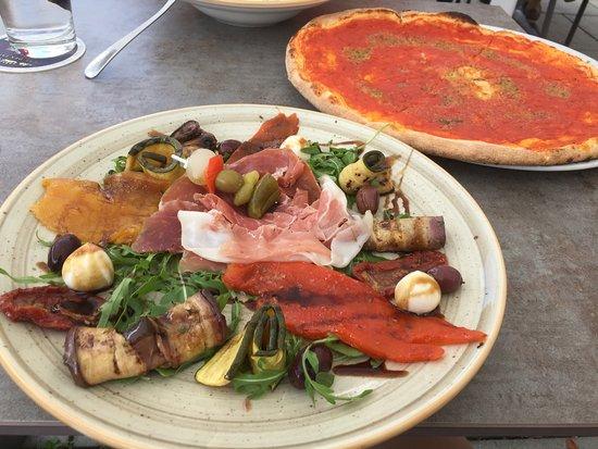 Landau an der Isar, Германия: Pizza Marinara und der Vorspeisenteller Antipasto Misto. Die Pizza ist recht groß und für mich allein leider zu viel - aber ein Abnehmer findet sich immer ;)