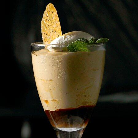 Zugs Klassiker muss man im Guggital essen: Zuger Eiskaffee aus hausgemachtem Moccaglace und Zuger Kirsch