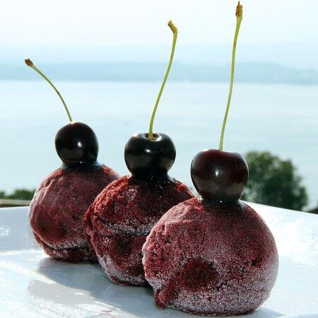 Hausgemachte Glace: Hier mit Zuger Kirschen (saisonal)