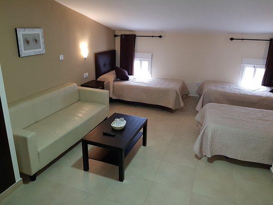 Habitación triple con sala de estar.