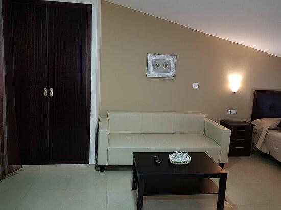 habitacion triple ,sala de estar.