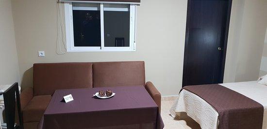 Habitación superior con salón y cocina.