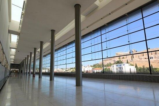 L'Acropole voisine semble surveiller ce musée qui lui emprunté son parement