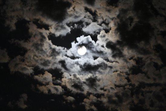 Mendrisiotto, Швейцария: Appena scattate… Luna e nuvole…….